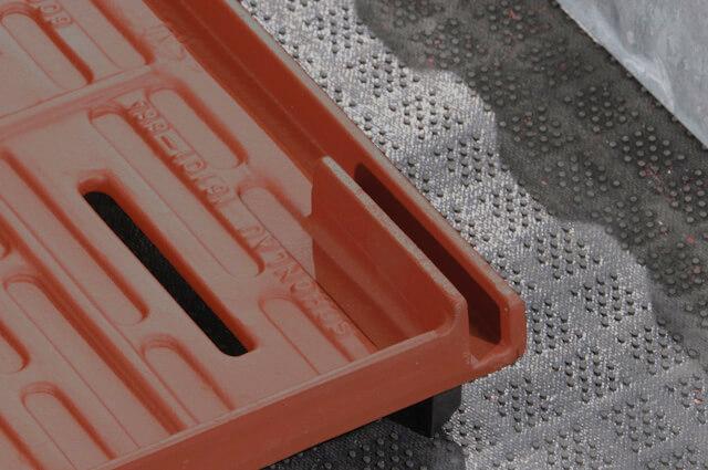 Podium-Step-gerade-Abferkelbuchten-32-mm-Anti-Rutschbacken